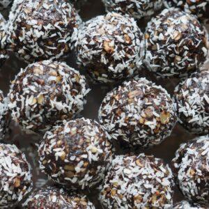 kleine Bällchen mit Kokos und Nüssen